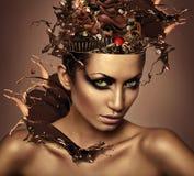 Frau mit Schokolade im Kopf stockbilder