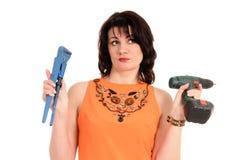 Frau mit Schraubenzieher und Schlüssel Stockbild