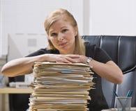 Frau mit Schreibarbeit stockfoto