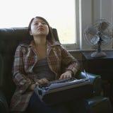 Frau mit Schreibmaschine. Lizenzfreies Stockbild