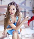Frau mit Schuh stockbilder