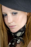 Frau mit Schutzkappe und Schal Lizenzfreies Stockfoto