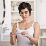 Frau mit Schwangerschaft-Prüfung Lizenzfreie Stockfotografie