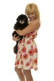 Frau mit schwarzem Hund Stockbild