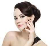 Frau mit schwarzen Nägeln und helles Auge richten her lizenzfreies stockfoto