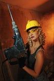 Frau mit schwerem Perforator Stockfoto