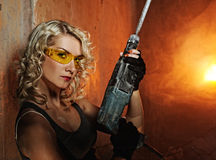 Frau mit schwerem Perforator Stockfotos