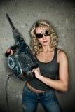 Frau mit schwerem Perforator Stockfotografie