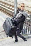 Frau mit schweren Koffern gehend herauf Treppe an der Bahnstation Stockfotografie