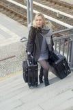 Frau mit schweren Koffern gehend herauf Treppe an der Bahnstation Stockfoto