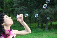 Frau mit Seifenluftblasen stockfotografie