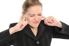 Frau mit seinen Fingern, die seine Ohren abdecken Stockbilder