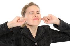 Frau mit seinen Fingern, die seine Ohren abdecken Lizenzfreies Stockfoto