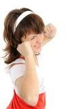 Frau mit seinen Händen, die seine Ohren abdecken Lizenzfreie Stockbilder