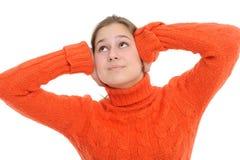 Frau mit seinen Händen, die seine Ohren abdecken Stockbild