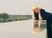 Frau mit seiner Reflexion Lizenzfreie Stockfotografie