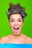 Frau mit Shampoo in ihrem Haar stockfotos