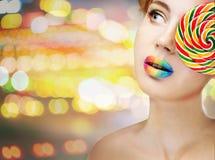 Frau mit Süßigkeit Lizenzfreies Stockbild