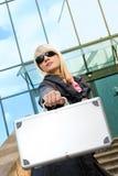 Frau mit silbernem Fall stockbilder