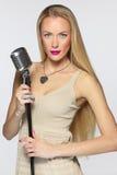 Frau mit silbernem Mikrofon Stockfotos