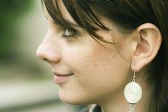 Frau mit silbernem Ohrring lizenzfreies stockfoto
