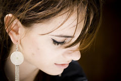 Frau mit silbernem Ohrring Stockbilder