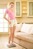 Frau mit Skalen zu Hause Stockfotos