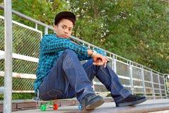 Frau mit Skateboard Stockfotografie