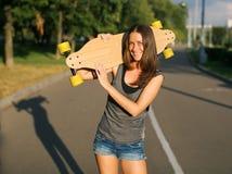 Frau mit Skateboard Lizenzfreie Stockfotos