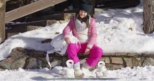 Frau mit Skateboard nahe Treppe stock video