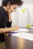 Frau mit Skizzen im Art und Weiseauslegungstudio stockfotografie