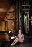Frau mit Skript-Bühne hinter dem Vorhang stockbilder