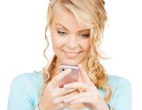 Frau mit Smartphone stockfoto