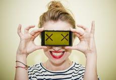 Frau mit smartphone lizenzfreie stockfotografie