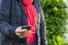 Frau mit smartphone Lizenzfreie Stockbilder