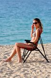 Frau mit smartphone auf Strand Lizenzfreie Stockfotos