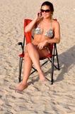 Frau mit smartphone benennend am Strand Lizenzfreies Stockbild