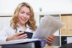 Frau mit smartphone Messwert Stockbilder