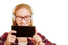 Frau mit Smartphone und Kopfhörern Lizenzfreies Stockbild