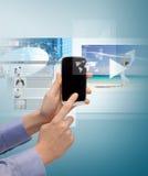 Frau mit Smartphone und virtuellen Schirmen Stockfoto