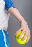 Frau mit Softball Lizenzfreies Stockfoto