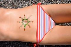 Frau mit Sonne-geformter Sonne Lizenzfreies Stockbild
