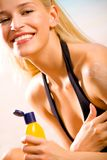 Frau mit Sonne-schützen Sahne Stockfotos
