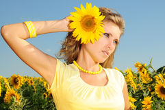 Frau mit Sonnenblume im Haar Stockbilder