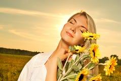 Frau mit Sonnenblumen Lizenzfreie Stockfotografie