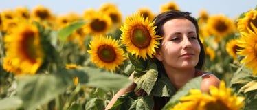 Frau mit Sonnenblumen im Haar Lizenzfreie Stockfotos