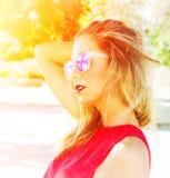 Frau mit Sonnenbrille Stockbild