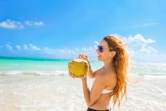 Frau mit Sonnenbrille auf tropischem Strand Meerblick genießend Stockfotografie