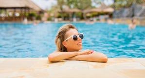 Frau mit Sonnenbrille durch das Pool Lizenzfreie Stockfotografie