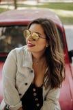 Frau mit Sonnenbrille lächelnd im Sommer lizenzfreies stockbild
